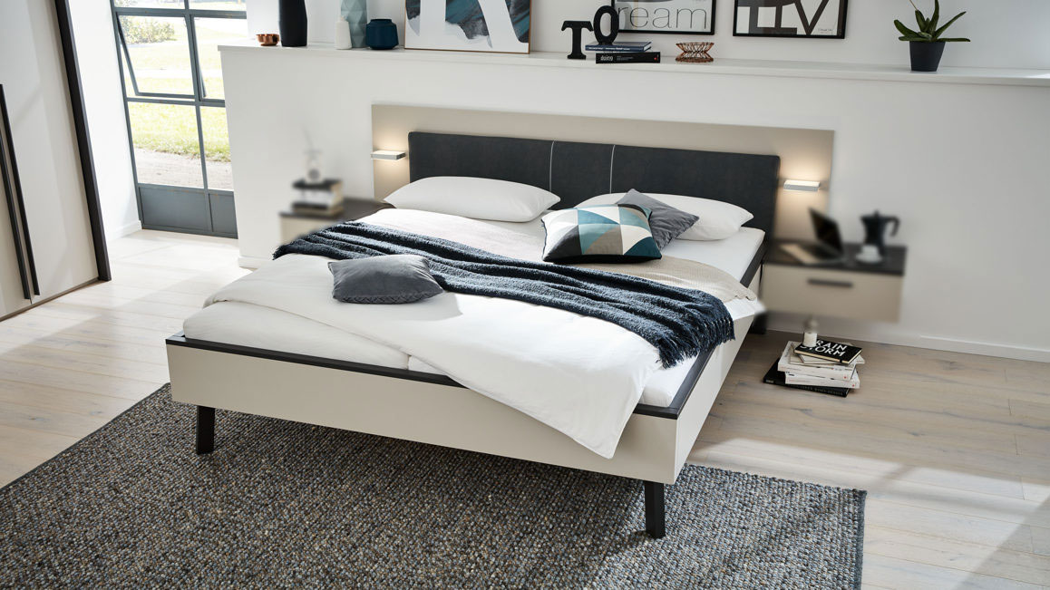 Doppelbett-Interliving-aus-Holz-in-Grau-Kunstleder