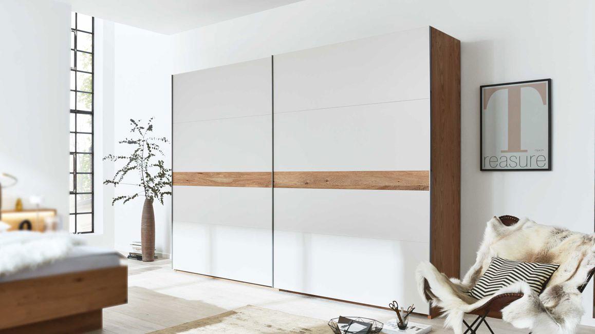 Kleiderschrank-Interliving-aus-Holz-in-Weiss