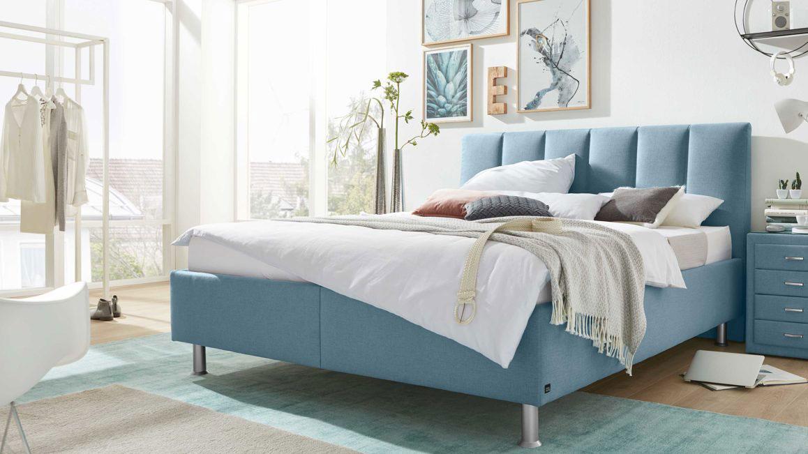Polsterbetten-Doppelbett-Interliving-aus-Stoff-in-Blau